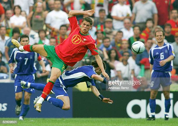 Fussball Euro 2004 in Portugal Vorrunde / Gruppe A / Spiel 1 Porto Portugal Griechenland 02 Cristiano RONALSO / POR Themistoklis NIKOLAIDIS / GRE...