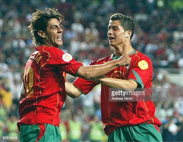 Fussball Euro 2004 in Portugal Vorrunde / Gruppe A / Spiel 10 Lissabon Russland Portugal 20 Torschuetze RUI COSTA und Cristiano RONALDO / beide POR...