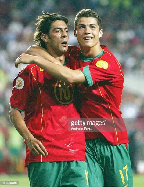 Fussball Euro 2004 in Portugal Vorrunde / Gruppe A / Spiel 10 Lissabon Russland Portugal 02 Torschuetze RUI COSTA und Cristiano RONALDO jubeln nach...