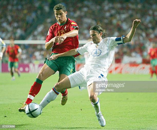 Fussball Euro 2004 in Portugal Vorrunde / Gruppe A / Spiel 10 Lissabon Russland Portugal 02 Cristiano RONALDO / POR Alexei SMERTIN / RUS 160604