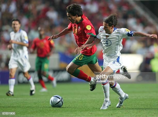 Fussball Euro 2004 in Portugal Vorrunde / Gruppe A / Spiel 10 Lissabon Russland Portugal 02 DECO / POR Alexei SMERTIN / RUS 160604