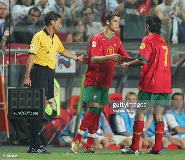 Fussball Euro 2004 in Portugal Vorrunde / Gruppe A / Spiel 10 Lissabon Russland Portugal 02 Auswechslung Cristiano RONALDO fuer LUIS FIGO / POR 160604