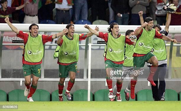 Portugals Bank jubelt ?ber das Weiterkommen ins Vietelfinale mit Helder POSTIGA, Rui COSTA, TIAGO und Luis FIGO / POR 20.06.04.