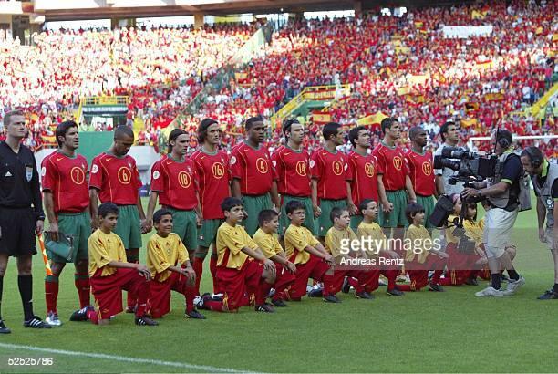 Fussball Euro 2004 in Portugal Vorrunde / Gruppe A / Spiel 17 Lissabon Spanien Portugal 01 Team Portugal bei der Hymne vl Luis FIGO COSTINHA MANICHE...