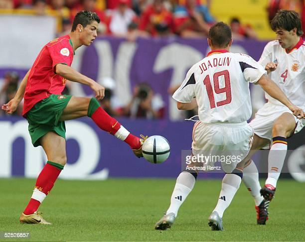 Fussball Euro 2004 in Portugal Vorrunde / Gruppe A / Spiel 17 Lissabon Spanien Portugal 01 Cristiano RONALDO / POR JOAQUIN / ESP David LBELDA / ESP...