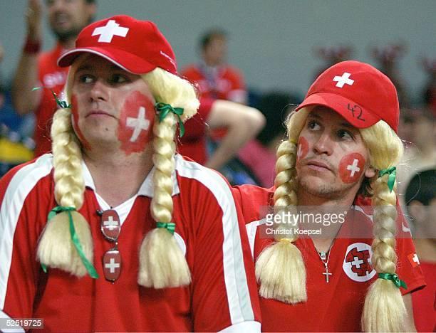 Fussball Euro 2004 in Portugal Vorrunde / Gruppe A / Spiel 19 Faro Schweiz Frankreich 13 Ratlose Schweizer Fans nach der Neiderlage und dem...