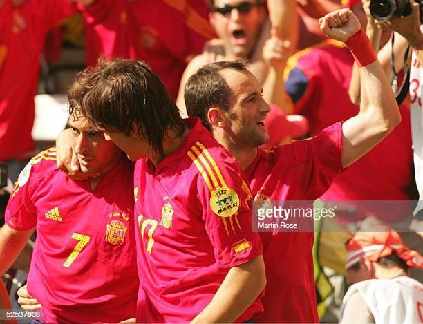 Torjubel 1:1 . RAUL, Torschuetze Fernando MORIENTES, Joseba ETXEBERRIA / alle ESP 16.06.04.