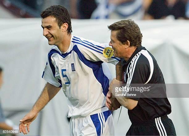 Fussball: Euro 2004 in Portugal, Vorrunde / Gruppe A / Spiel 9, Porto; Griechenland - Spanien ; Schlussjubel Traianos DELLAS, Trainer Otto REHHAGEL /...