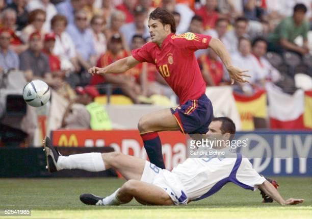 Fussball: Euro 2004 in Portugal, Vorrunde / Gruppe A / Spiel 9, Porto; Griechenland - Spanien ; Fernando MORIENTES / ESP, Mihalis KAPSIS / GRE...