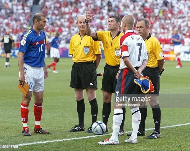 Fussball Euro 2004 in Portugal Vorrunde / Gruppe B / Spiel 1 Lissabon Frankreich England 21 Zinedine ZIDANE / FRA Schiedsrichter Doktor Markus MERK...