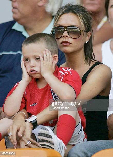 Fussball Euro 2004 in Portugal Vorrunde / Gruppe B / Spiel 11 Coimbra England Schweiz Victoria BECKHAM mit ihrem Sohn Brooklyn 170604