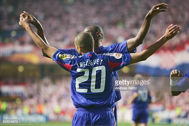 Fussball Euro 2004 in Portugal Vorrunde / Gruppe B / Spiel 12 Leiria Kroatien Frankreich 22 David TREZEGUET und Thierry HENRY jubeln nach dem 22...