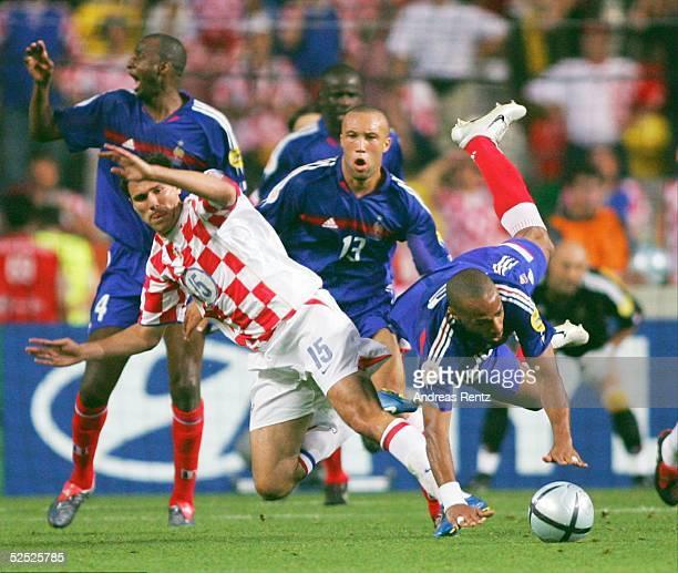 Jerko LEKO / CRO foult den Franzosen Thierry HENRY. In der Mitte Mikael SILVESTRE / FRA 17.06.04.
