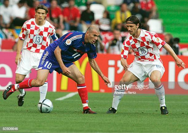 Fussball Euro 2004 in Portugal Vorrunde / Gruppe B / Spiel 12 Leiria Kroatien Frankreich Dario SIMIC / CRO Zinedine ZIDANE / FRA Niko KOVAC / CRO...
