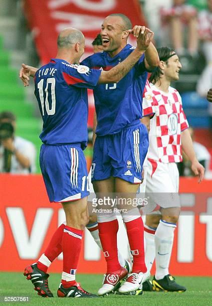 Fussball: Euro 2004 in Portugal, Vorrunde / Gruppe B / Spiel 12, Leiria; Kroatien - Frankreich ; Zinedine ZIDANE und Torschuetze Mikael SILVESTRE /...