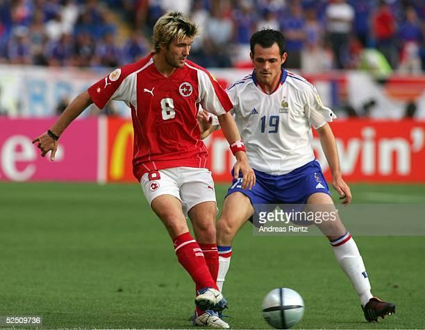 Fussball Euro 2004 in Portugal Vorrunde / Gruppe B / Spiel 19 Coimbra Schweiz Frankreich Raphael WICKY / SUI Willy SAGNOL / FRA 210604