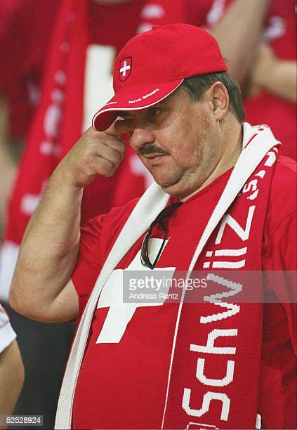 Fussball Euro 2004 in Portugal Vorrunde / Gruppe B / Spiel 19 Coimbra Schweiz Frankreich 13 Ein Schweitzer Fan reibt sich die Augen Schon in der...