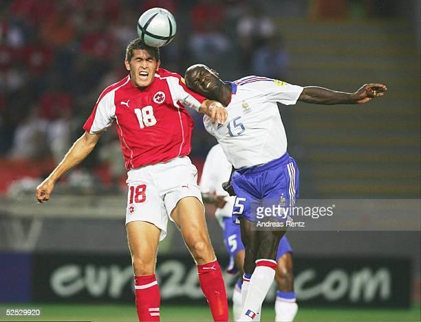 Fussball Euro 2004 in Portugal Vorrunde / Gruppe B / Spiel 19 Coimbra Schweiz Frankreich 13 Benjamin HUGGEL / SUI Lilian THURAM / FRA 210604