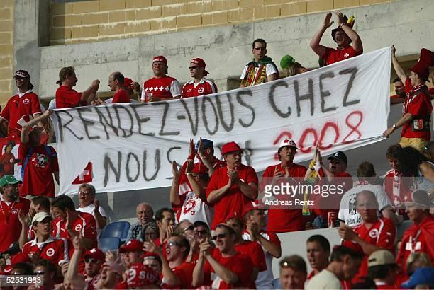 Fussball Euro 2004 in Portugal Vorrunde / Gruppe B / Spiel 19 Coimbra Schweiz Frankreich 13 Schweitzer Fans freuen sich schon auf die EM 2008 im...