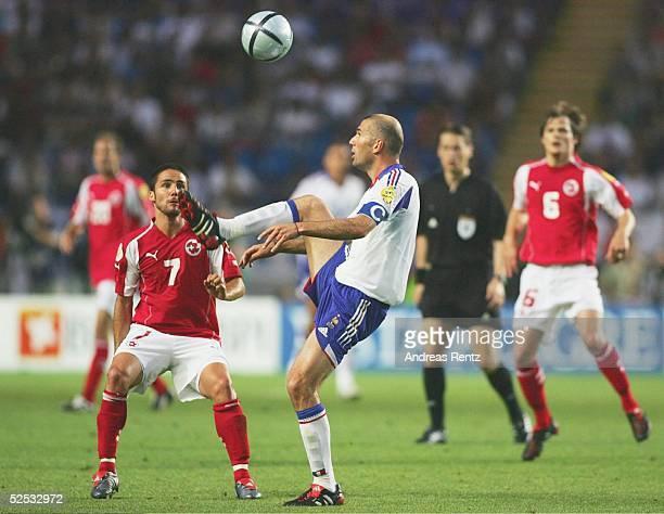 Fussball Euro 2004 in Portugal Vorrunde / Gruppe B / Spiel 19 Coimbra Schweiz Frankreich 13 Ricardo CABANAS / SUI Zinedine ZIDANE / FRA 210604