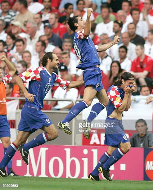 Fussball: Euro 2004 in Portugal, Vorrunde / Gruppe B / Spiel 20, Lissabon; Kroatien - England ; Torjubel 1:0 . Josip SIMUNIC, Dovani ROSSO,...