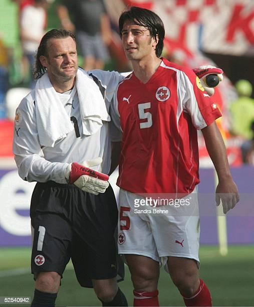Fussball Euro 2004 in Portugal Vorrunde / Gruppe B / Spiel 3 Leiria Schweiz Kroatien Torwart Joerg STIEL mit Murat YAKIN / beide SUI nach dem Spiel...