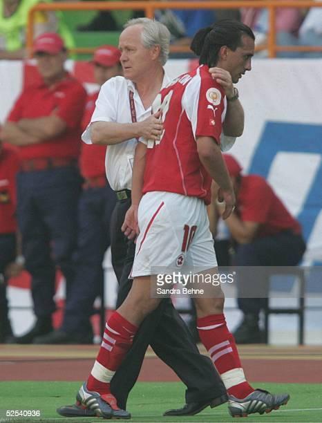 Fussball Euro 2004 in Portugal Vorrunde / Gruppe B / Spiel 3 Leiria Schweiz Kroatien vl Trainer Jakob KUHN mit Hakan YAKIN /SUI bei der Auswechslung...