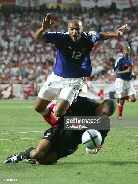 Fussball Euro 2004 in Portugal Vorrunde / Gruppe B / Spiel 4 Lissabon Frankreich England 21 In der 89 Minute foult der englische Torwart David JAMES...