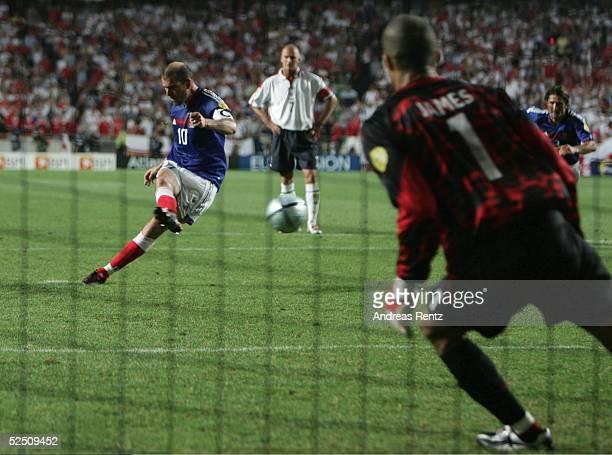 Fussball Euro 2004 in Portugal Vorrunde / Gruppe B / Spiel 4 Lissabon Frankreich England 21 Zinedine ZIDANE / FRA verwandelt in der 89 Spielminute...