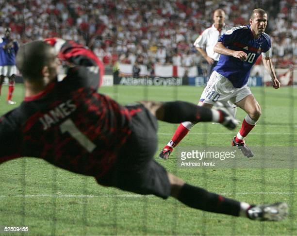 Fussball Euro 2004 in Portugal Vorrunde / Gruppe B / Spiel 4 Lissabon Frankreich England Zinedine ZIDANE / FRA verwandelt in der 89 Minute den...
