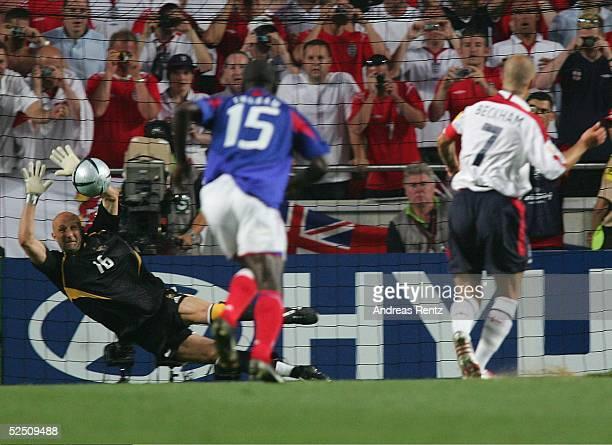 Fussball Euro 2004 in Portugal Vorrunde / Gruppe B / Spiel 4 Lissabon Frankreich England 21 Fabien BARTHEZ / FRA pariert den Strafstoss von David...