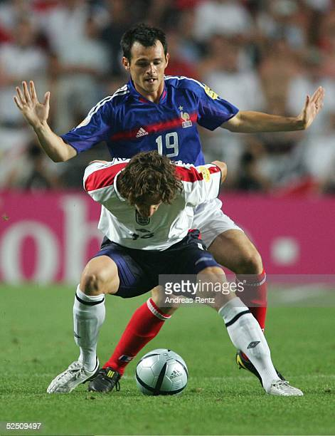 Fussball Euro 2004 in Portugal Vorrunde / Gruppe B / Spiel 4 Lissabon Frankreich England 21 Owen HARGREAVES / ENG behauptet den Ball vor dem...