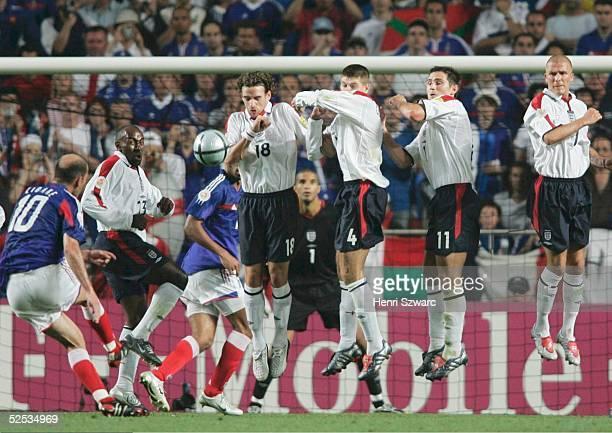 Fussball Euro 2004 in Portugal Vorrunde / Gruppe B / Spiel 4 Lissabon Frankreich England 21 11 durch Zinedine ZIDANE / FRA 130604