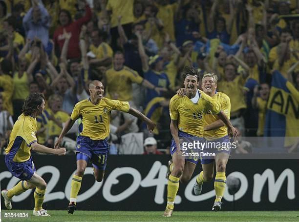 Fussball: Euro 2004 in Portugal, Vorrunde / Gruppe C / Spiel 14, Porto; Italien - Schweden ; Jubel SWE zum 1:1 durch Zlatan IBRAHIMOVIC 18.06.04.