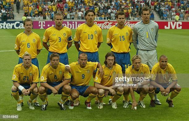 Fussball: Euro 2004 in Portugal, Vorrunde / Gruppe C / Spiel 14, Porto; Italien - Schweden ; Teamfoto SWE 18.06.04.