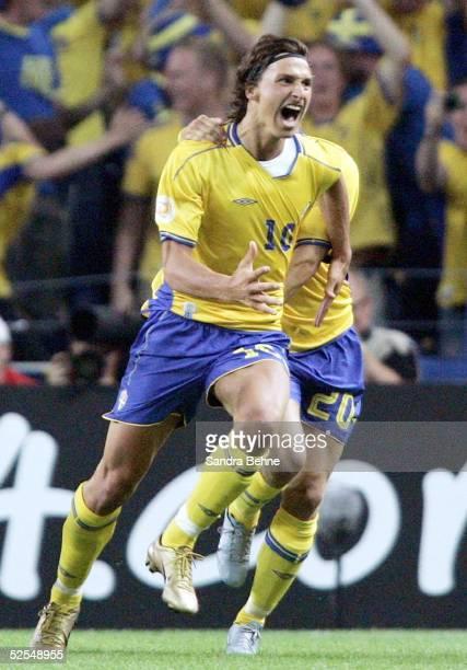 Fussball Euro 2004 in Portugal Vorrunde / Gruppe C / Spiel 14 Porto Italien Schweden Torjubel zum 11 durch Zlatan IBRAHIMOVIC / SWE 180604