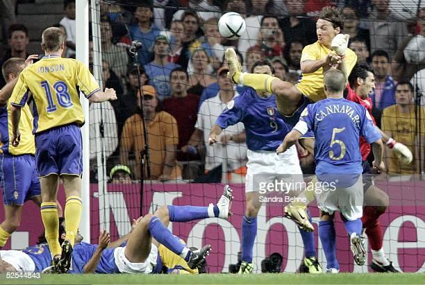 Fussball: Euro 2004 in Portugal, Vorrunde / Gruppe C / Spiel 14, Porto; Italien - Schweden ; Tor zum 1:1 durch Zlatan IBRAHIMOVIC / SWE 18.06.04.