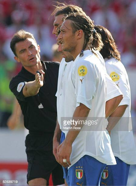 Fussball Euro 2004 in Portugal Vorrunde / Gruppe C / Spiel 5 Guimaraes Daenemark Italien 00 francesco TOTTI / ITA Schiedsrichter Manuel MEJUTO...