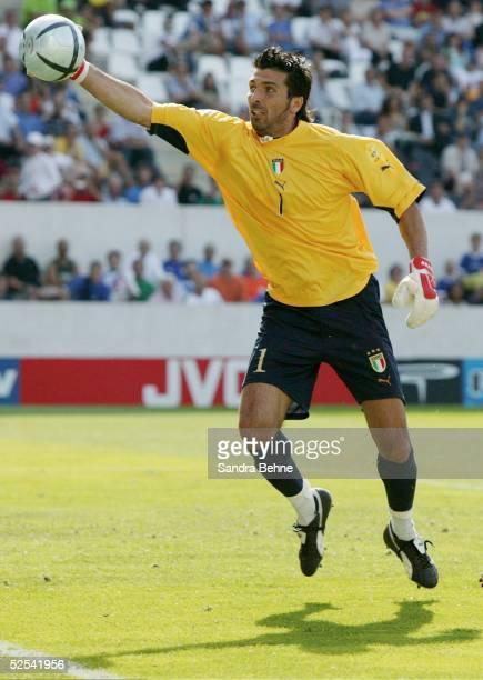 Fussball Euro 2004 in Portugal Vorrunde / Gruppe C / Spiel 5 Guimaraes Daenemark Italien Torwart Gianluigi BUFFON / ITA 140604
