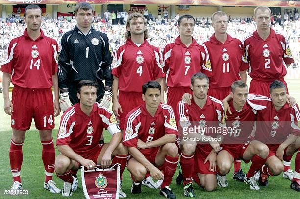 Fussball Euro 2004 in Portugal Vorrunde / Gruppe D / Spiel 15 Porto Lettland Deutschland 00 Hintere Reihe von links Valentins LOBANOVS Aleksandrs...