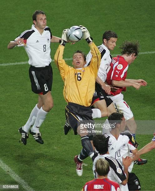 Fussball: Euro 2004 in Portugal, Vorrunde / Gruppe D / Spiel 23, Lissabon; Deutschland - Tschechien ; Dietmar HAMANN / GER, Torwart Jaromir BLAZEK /...