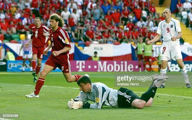 Fussball Euro 2004 in Portugal Vorrunde / Gruppe D / Spiel 7 Aveiro Tschechien Lettland 21 Mihails ZEMLINSKIS und Torwart Aleksandrs KOLINKO / beide...