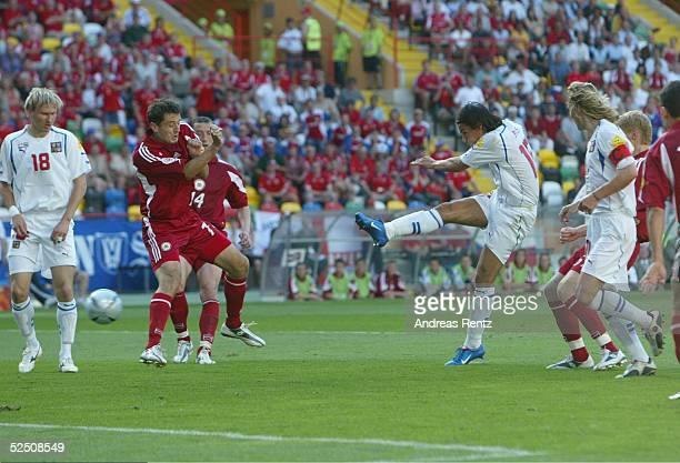 Fussball: Euro 2004 in Portugal, Vorrunde / Gruppe D / Spiel 7, Aveiro; Tschechien - Lettland ; Milan BAROS / CZE trifft zum 1:1. Links schauen Marek...