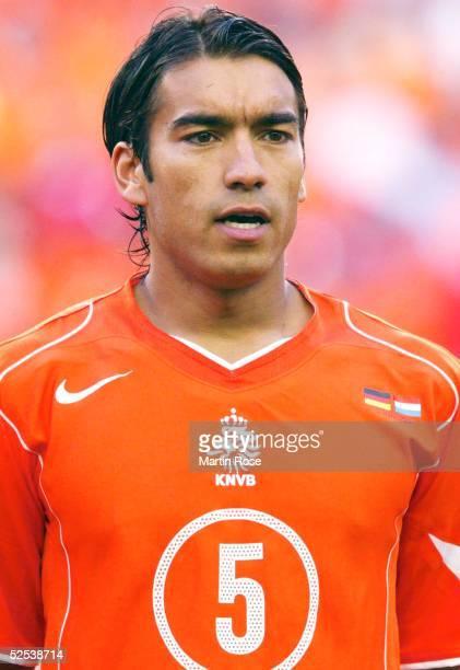 Fussball Euro 2004 in Portugal Vorrunde / Gruppe D / Spiel 8 Porto Deutschland Niederlande 11 Giovanni VAN BRONCKHORST 150604