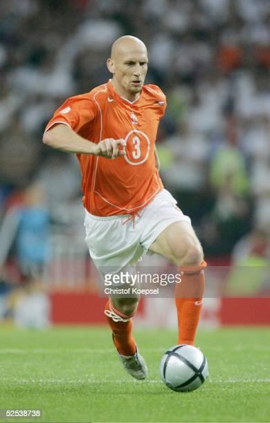 Fussball Euro 2004 in Portugal Vorrunde / Gruppe D / Spiel 8 Porto Deutschland Niederlande 11 Jaap STAM / NED 150604