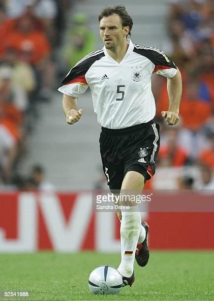 Fussball Euro 2004 in Portugal Vorrunde / Gruppe D / Spiel 8 Porto Deutschland Niederlande Jens NOWOTNY / GER 150604