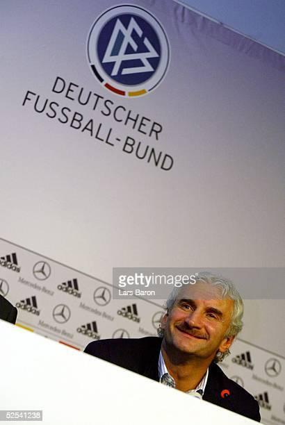 Fussball: Euro 2004, Neu Isenburg Gravenbruch; Euro Medienworkshop; Teamchef Rudi VOELLER / GER gibt das Aufgebot fuer das Laenderspiel am 31.03. In...