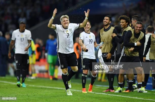 Fussball Euro 2016 Gruppe C in Lille Deutschland Ukraine Deutschland Torschuetz zum 20 Bastian Schweinsteiger beobachtet von Mario Goetze Emre Can...