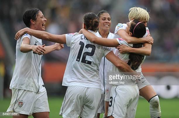 Fussball FIFA FrauenWeltmeisterschaft 2011 Halbfinale in Mönchengladbach FRANKREICH USA 13 Abby Wambach feiert mit ihren Mitspielerinnen den dritten...