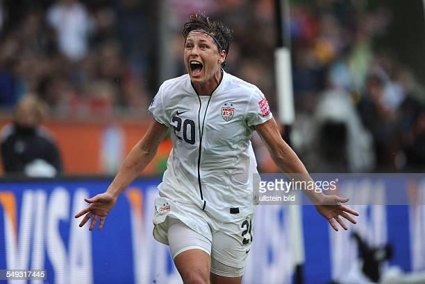 Fussball FIFA FrauenWeltmeisterschaft 2011 Halbfinale in Mönchengladbach FRANKREICH USA 13 Abby Wambach feiert ihren Treffer zum 12